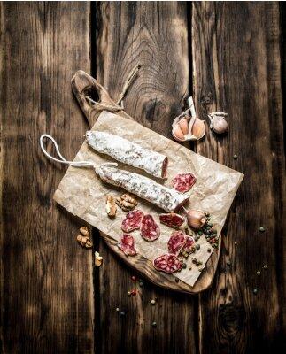 Poster Salami mit Knoblauch und Gewürzen aromatisiert.