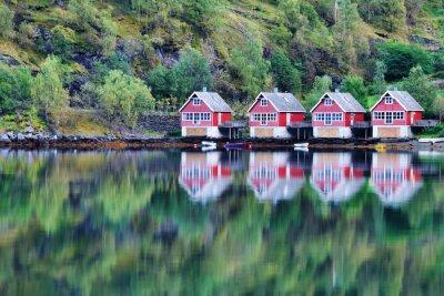 Poster Scenic Blick auf See und Fischerhütten in Flam, Norwegen