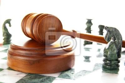 Schachfiguren und Gesetz Hammer, over white