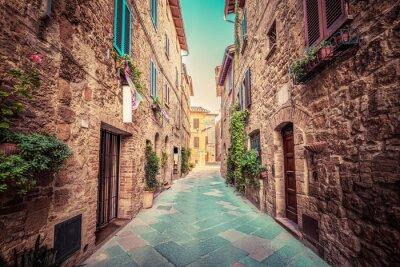 Poster Schmale Straße in einer alten italienischen Stadt von Pienza. Toskana, Italien. Jahrgang