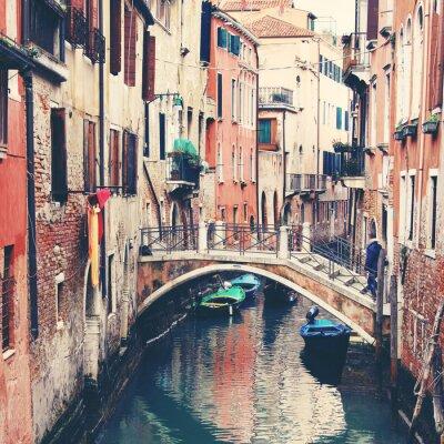 Poster Schmalen Kanal und Brücke in Venedig, Italien
