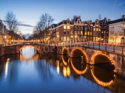 Schöne Abendszene der Amsterdamer Kanäle Keizersgracht und Leidsegracht am Abend mit beleuchteten Brücken und Straßen