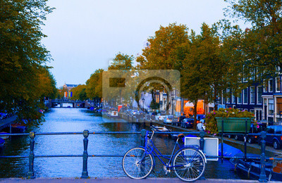 Schöne alte Kanal im Herbst in Amsterdam, Niederlande