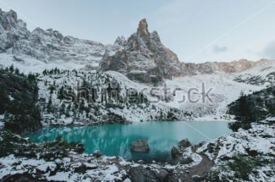 Poster Schöne Aussicht auf die riesigen weißen Felsen der Dolomiten (Dolomiten). Braies See (Lago Di Braies) am Sommer. Größter natürlicher See in Dolomiten, Südtirol, Italien, Europa.