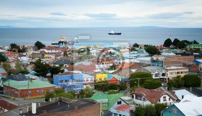 Schöne Aussicht auf Punta Arenas mit der Magellanstraße