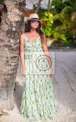 Schöne Brünette Frau im langen Kleid und Hut Entspannung in der Nähe