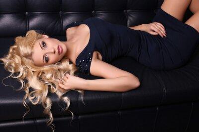 Poster Schöne charmante Frau mit langen blonden Haaren trägt elegantes Kleid und Zubehör