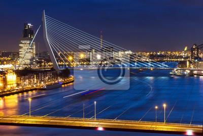 Schöne Dämmerung Blick auf die Brücken über den Fluss Maas (Meuse) in Rotterdam, Niederlande