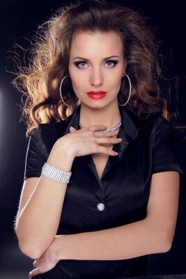 Poster Schöne Frau mit lockigen Haaren und Abend-Make-up. Schmuck und
