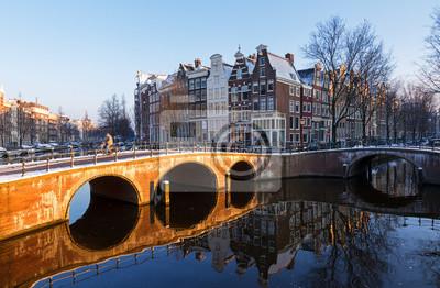 Schöne frühen Morgen Winter Blick auf einen der Unesco Weltkulturerbestadt Grachten von Amsterdam, Niederlande.