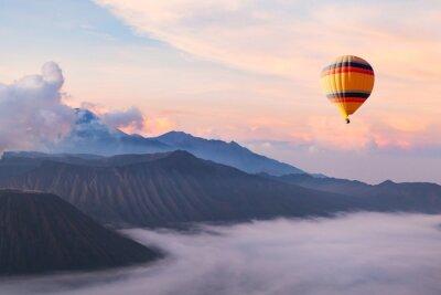 Poster Schöne inspirierende Landschaft mit Heißluftballon fliegen in den Himmel, Reiseziel