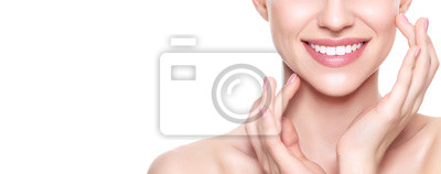 Poster Schöne junge blonde Frau mit perfekter Haut, ihr Gesicht zu berühren. Gesichtsbehandlung. Kosmetologie, Schönheits- und Badekurortkonzept. Isoliert auf weißem Hintergrund.
