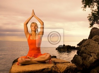 Poster Schöne junge Frau macht Yoga-Übung im Freien