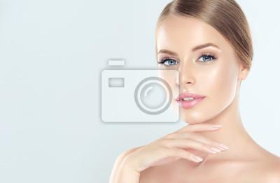 Poster Schöne junge Frau mit sauberer frischer Haut. Gesichtsbehandlung . Kosmetik, Schönheit und Spa.