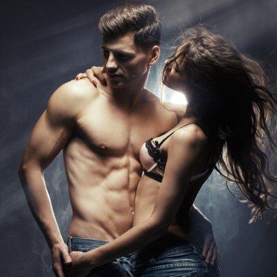 Poster Schöne junge lächelnde Paar in Liebe umarmen Innen