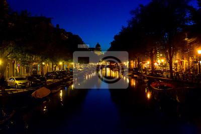 Schöne Kanal in der Altstadt am Abend Zeit von Amsterdam, Niederlande