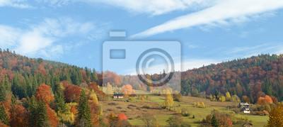 Schöne Landschaft mit farbenfrohen Herbstbäume in Bergen Carp