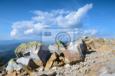 Schöne Landschaft mit mit großen Steinen in den Bergen in der