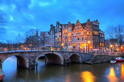 Schöne lange Belichtung HDR-Bild der Brouwersgracht in Amsterdam, den Niederlanden, einem UNESCO-Weltkulturerbe.