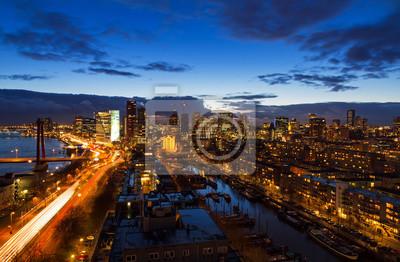 Schöne Luftaufnahme der Skyline von Rotterdam, den Niederlanden, in der Dämmerung