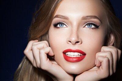 Poster Schöne Mädchen mit roten Lippen mit den Händen in der Nähe des Gesichts