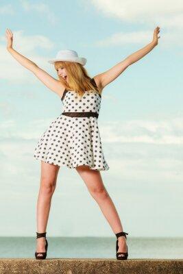 Poster Schöne Retro-Stil Mädchen in Polka punktierten Kleid.