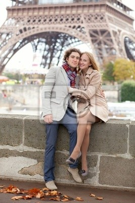 Schöne romantische Paar in Paris nahe dem Eiffelturm