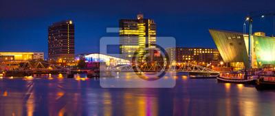 Schöne ruhige Nacht von Sicht von Amsterdam Stadt.