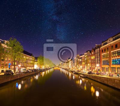 Schöne ruhige Nachtansicht der Stadt Amsterdam.