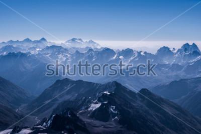 Poster Schöne Schnee-Hochland-Landschaftsansicht von der Spitze von Elbrus. Kaukasus am sonnigen Tag. Elbrus Region, Nordkaukasus, Russland