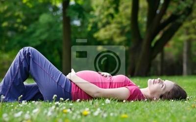 Schöne schwangere Frau Entspannung im Park