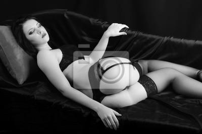 d529ad146a9fed Poster Schöne sexy Mädchen in schwarz geschnürt Dessous, Strumpfbänder und  Leggings liegen im Bett
