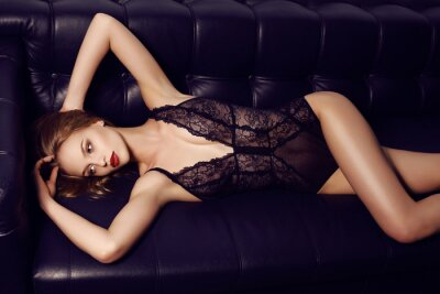 Poster schöne sinnliche Mädchen mit langen dunklen Haare trägt luxuriöse Spitze Dessous