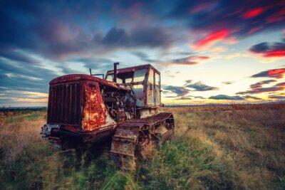 Poster Schöne Sonnenuntergang über Feld und alten rostigen Traktor