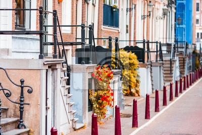 Schöne Straße und alte Häuser in Amsterdam, Niederlande, Nordholland-Provinz. Foto im Freien.
