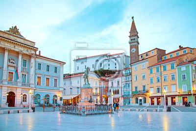 Schöne Straßenlandschaft auf dem zentralen Platz mit einem Monument und einem alten Uhrturm in Porec, Kroatiens Touristenzentrum.