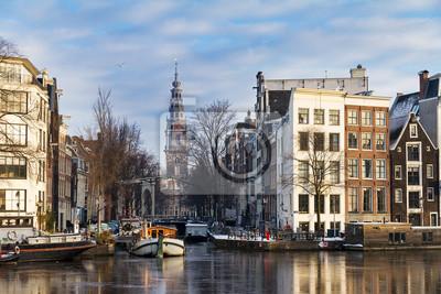 Schöne Winter Blick auf den Groenburgwal und der südlichen Kirche in Amsterdam, Niederlande.