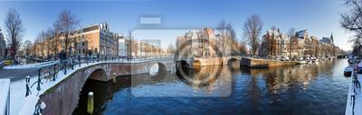 Schöne Winter-Panorama von der UNESCO-Weltkulturerbe-Stadt Grachten von Amsterdam, Niederlande.