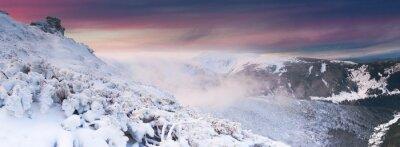 Schöne Winterlandschaft in den Bergen. Sunset