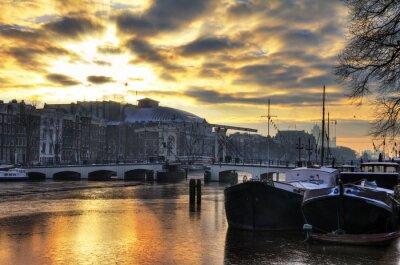Schöne Winterpanorama auf den Fluss Amstel und die Skinny Bridge in Amsterdam, den Niederlanden. HDR