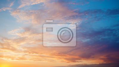 Poster Schöne Wolken am Himmel.  Sonnenuntergang.  Farbverlauf von Blau und Rosa