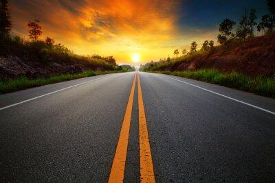 Poster schönen Sonnenaufgang Himmel mit Asphaltstraßen Straße im ländlichen sce