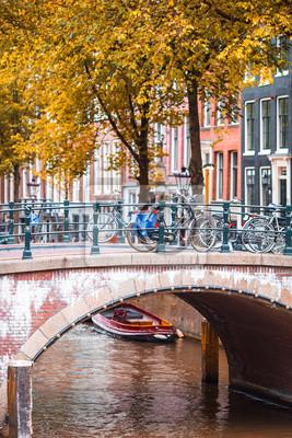 Schöner Kanal im Herbst in der alten Stadt von Amsterdam, die Niederlande, Nord-Holland Provinz.