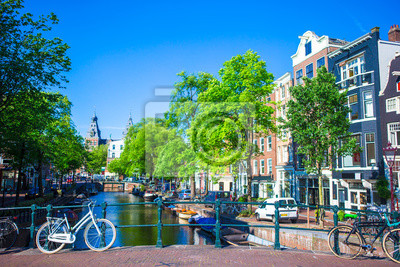 Schöner Kanal und traditionelle Fahrräder in der alten Stadt von Amsterdam, die Niederlande, Nord-Holland Provinz.