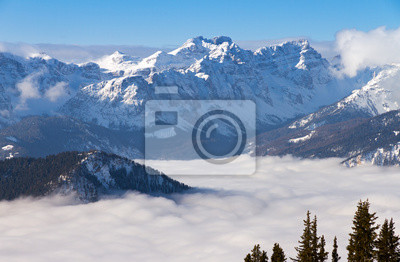 Schöner Morgen Wolkendecke im Tal in den italienischen Alpen