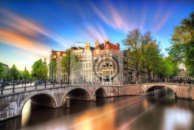 Schöner Sonnenuntergang am Kaiserkanal (Keizersgracht) und Leidse Kanal in Amsterdam im Frühjahr