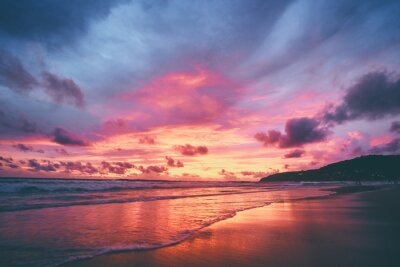 Poster Schöner Sonnenuntergang am Ozeanstrand. Himmel reflektiert sich am Wasser.