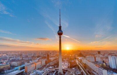 Poster Schöner Sonnenuntergang mit dem Fernsehturm am Alexanderplatz in Berlin