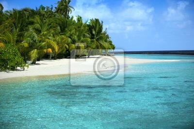 Schöner Strand mit blauem Meer und blauem Himmel