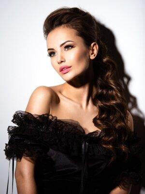 Poster Schönes Gesicht eines jungen reizvollen Mädchens im schwarzen Kleid
